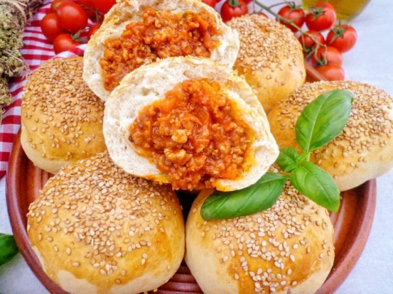 Drożdżowe bułeczki z mięsnym farszem (Panini con ragù di carne)