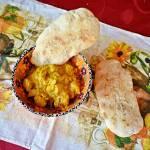 Kurczak curry z chlebkami naan