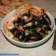 Małże z krewetkami podane z grzankami - zupa z owocami morza