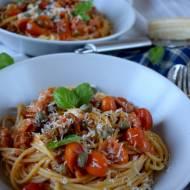 Spagetti z boczkiem, pomidorkami koktajlowymi i kaparami
