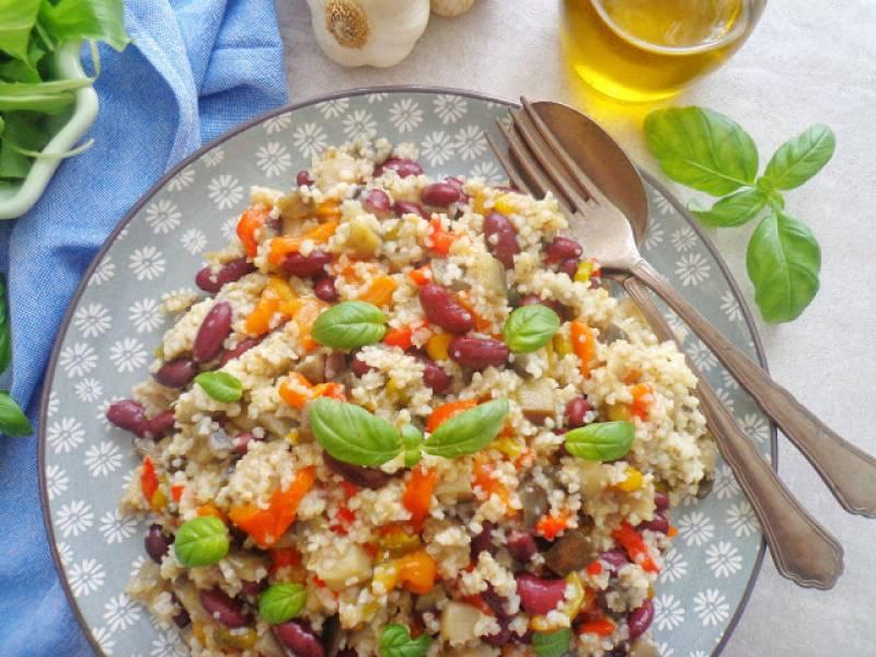 Sałatka z kaszą bulgur z czerwoną fasolą, papryką i bakłażanem (Insalata di bulgur con fagioli rossi)