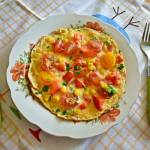 Zdrowy, kolorowy omlet z warzywam