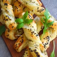 Twisty z ciasta francuskiego z ricottą i lubczykiem