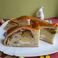 Wielkanocny chleb nadziewany.