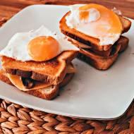 Chrupiący tost na śniadanie z pieczarkami i jajkiem sadzonym