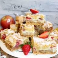Ciasto z truskawkami, warstwą jabłek i budyniową pianką