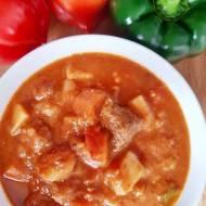 Dietetyczna zupa gulaszowa z dużą ilością warzyw.