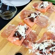 Łosoś w cieście francuskim z suszonymi pomidorami i puree z selera naciowego