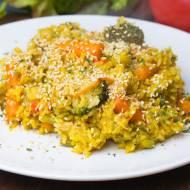 Ryż curry z warzywami i prażonym sezamem