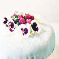 Tort urodzinowy z marcepanem kremem z marakui i śmietaną