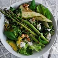 Zielona sałatka ze szparagami, rukolą, gruszką, awokado, kozim serem i orzechami
