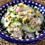 Sałatka z makaronem ryżowym, ogórkiem i szynką
