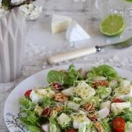 Sałatka z serem camembert, gruszką i orzechami