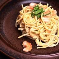 Spaghetti z białymi krewetkami w sosie śmietanowym