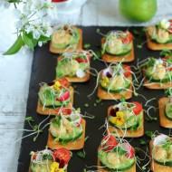 Krakersy z krewetkami, warzywami i pastą z awokado