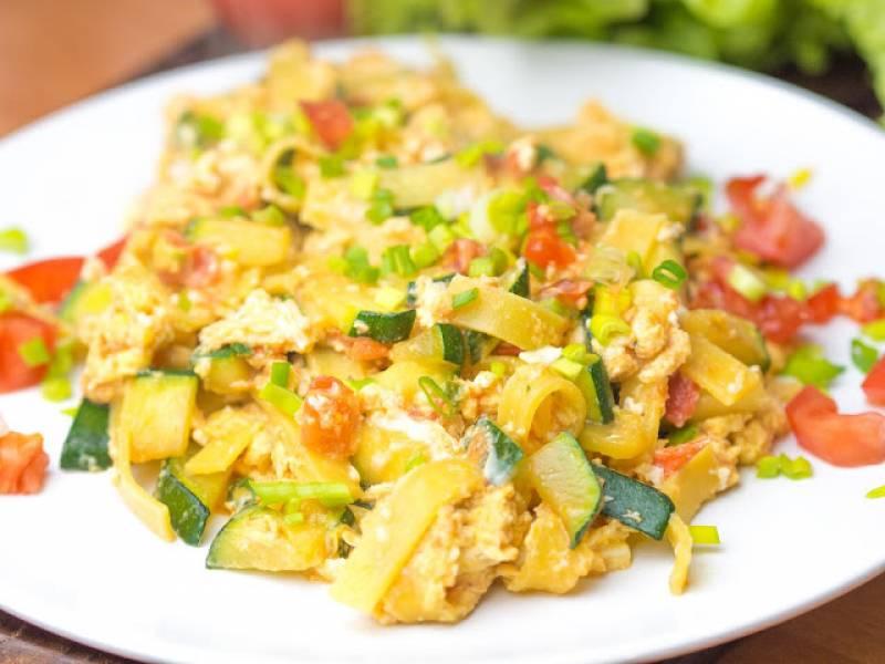 Makaron z jajkiem, cukinią i pomidorami