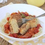 Pulpeciki z ciecierzycy z sosem pomidorowym i spaghetti