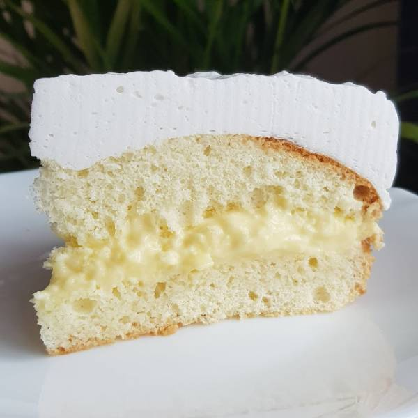 Tort kokosowy z kremem waniliowym i śmietanką kokosową