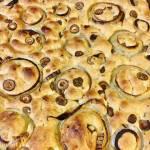 Focaccia z cebulą i oliwkami. Włoski chleb focaccia.