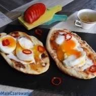 Podpłomyki jogurtowe z jajkiem i chutneyem z mango