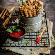 Słodkie gofry paluszkowe z sosem truskawkowym