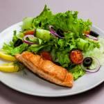 Wiosenna sałatka z łososiem i lekkim ziołowym sosem