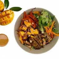 Sałatka z mango z orzechowym dresingiem i stekiem