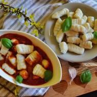 Kopytka z sosem pomidorowo paprykowym.