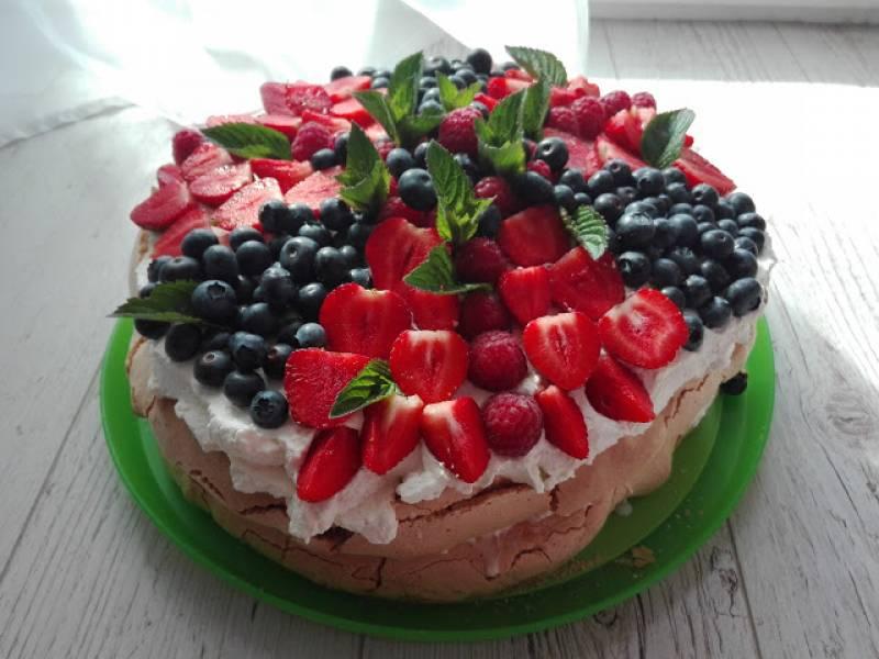 Bezowy  tort z bitą śmietaną ,mascarpone i owocami
