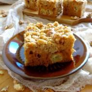 Ciasto miodowe z rabarbarem i orzechową kruszonką