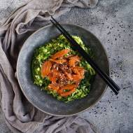 Ryżowa sałatka z łososiem i wakame