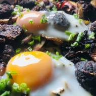 Zapiekanka z kaszanką i sadzonym jajkiem