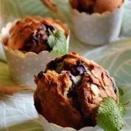 Muffiny z jagodami i płatkami  migdałowymi.