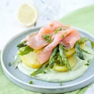 Ziemniaki ze szparagami i łososiem na sosie z avocado