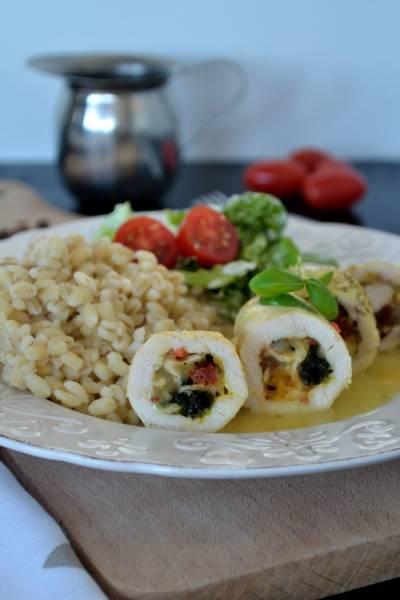 Roladki drobiowe ze szpinakiem i suszonymi pomidorami w sosie musztardowym