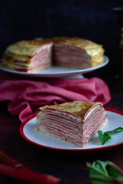 Tort naleśnikowy przekładany serowym oraz rabarbarowo-truskawkowym nadzieniem