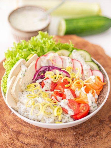 Wiosenny Buddha Bowl z ryżem i tofu