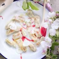 Maślane kluseczki, miód malinowy i kwiaty jabłoni