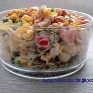 Pyszna sałatka z kukurydzą i szynką - makaronowa