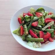 Sałatka z truskawek i szparagów z karmelem balsamicznym