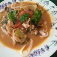 Tajska zupa z czerwonym carry i makaronem