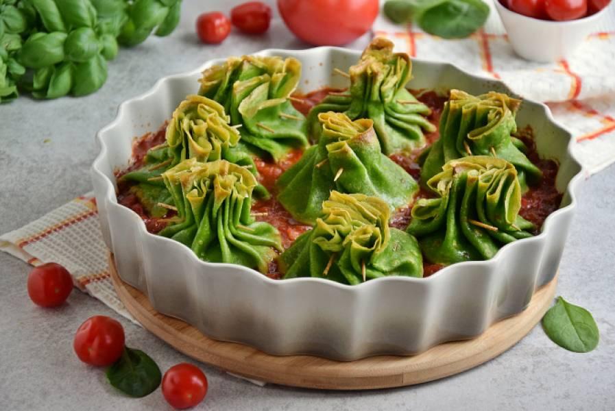 Zapiekane naleśniki z kaszą bulgur w pomidorach