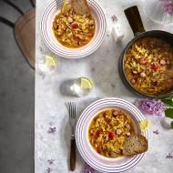 Bigos z młodej kapusty z pomidorami i kiełbaską