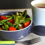 Ciepła sałatka ze szparagami i pomidorem