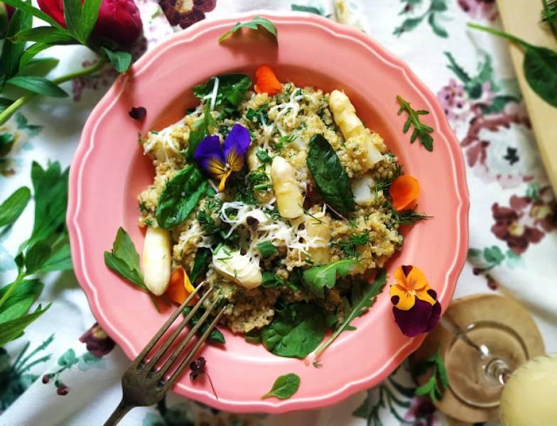 Wiosenne quinotto z białymi szparagami i owczym serem