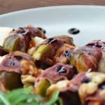 Szaszłyki z figami, szynką  i serem