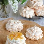 Małe bezy z karmelizowanymi brzoskwiniami