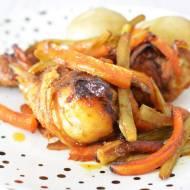 Pieczone podudzia z kurczaka z selerem naciowym i marchewką