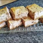 Sernik chałwowy na spodzie z ciastek