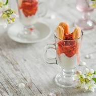 Lekki deser z mrożonych truskawek, biszkoptów i jogurtu